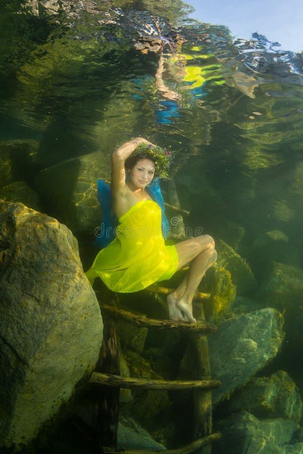 Девушка в реке стоковое изображение rf