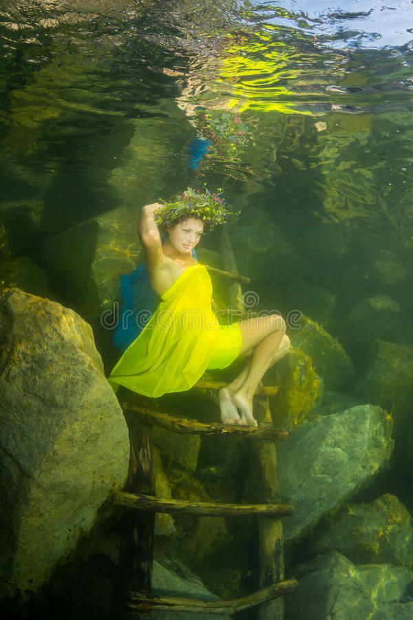 Девушка в реке стоковые изображения