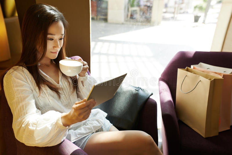 Девушка в ресторане стоковые изображения