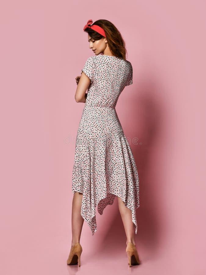 Девушка в романтичных одеждах усмехаясь довольно на пурпурной предпосылке стоковое изображение rf