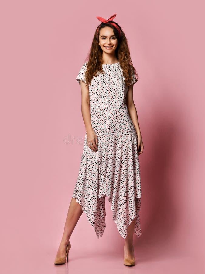 Девушка в романтичных одеждах усмехаясь довольно на пурпурной предпосылке стоковые фото