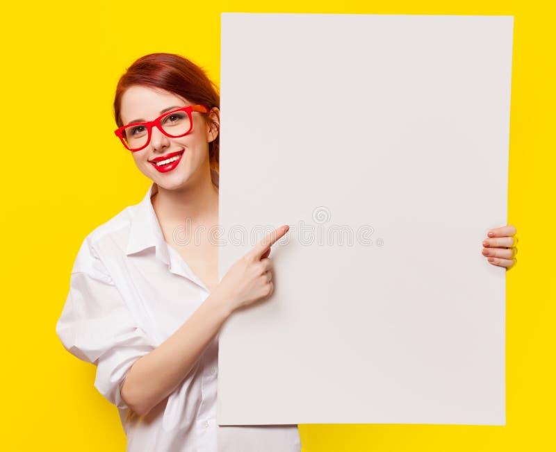 Девушка в рубашке и стеклах с белой доской стоковое изображение rf