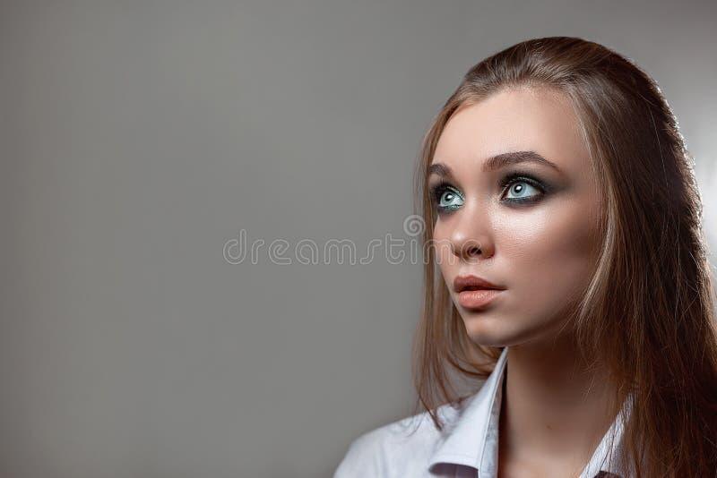Девушка в рубашке смотрит прочь стоковые изображения rf