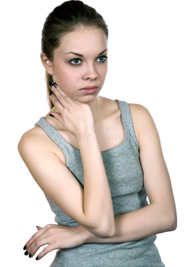 Девушка в серой футболке изолированной на белизне стоковое изображение