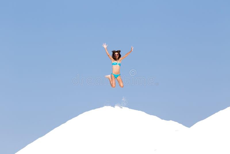 Девушка в скакать бикини стоковые изображения rf