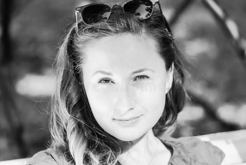 Девушка в солнечных очках, черно-белых стоковая фотография rf