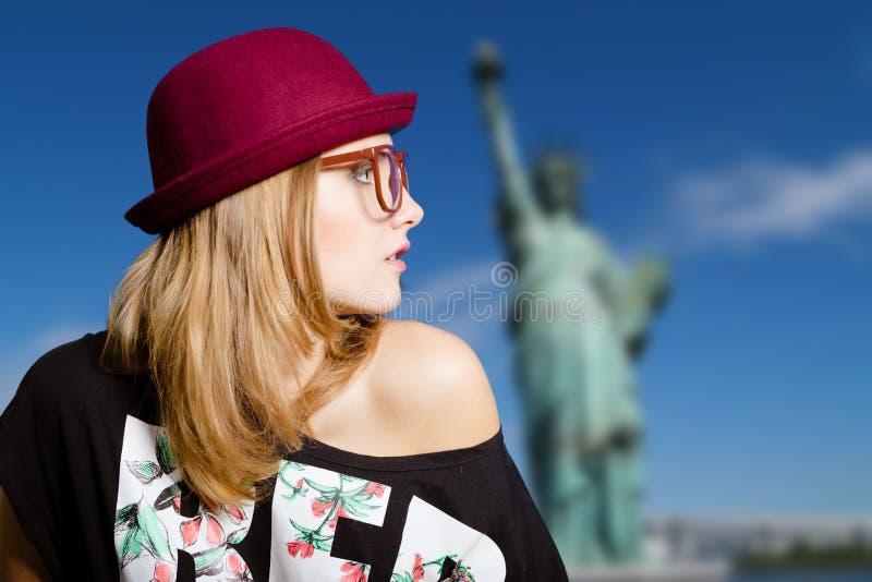 Девушка в стеклах и шляпе битника на Нью-Йорке стоковое изображение rf