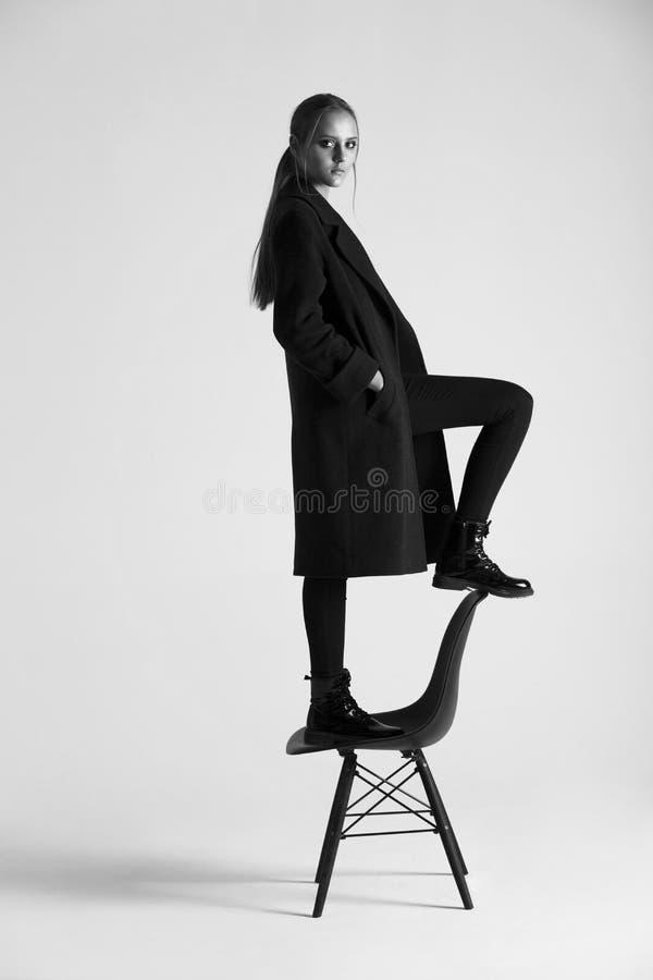 Девушка в стуле стоковое изображение rf