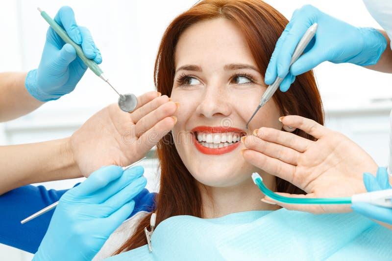 Девушка в стуле дантиста показывая совершенную улыбку стоковые фотографии rf