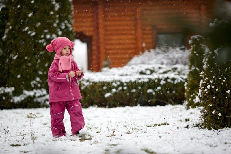 Девушка в теплом outwear идти на снег стоковое изображение rf