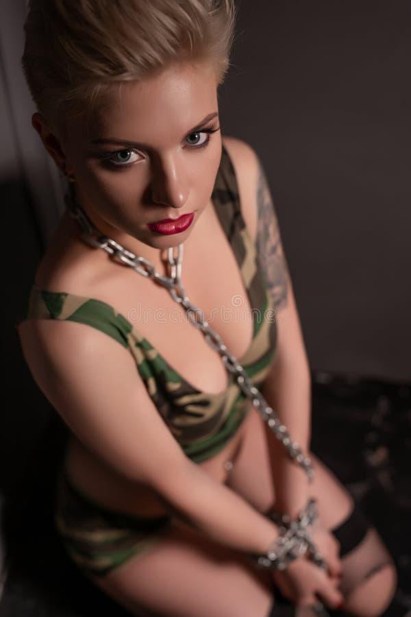 Девушка в угловой съемке военного стиля высокой стоковые изображения rf