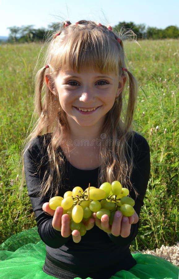 Девушка в лужке стоковая фотография