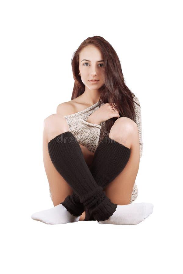 Девушка в усаживании свитера стоковое фото