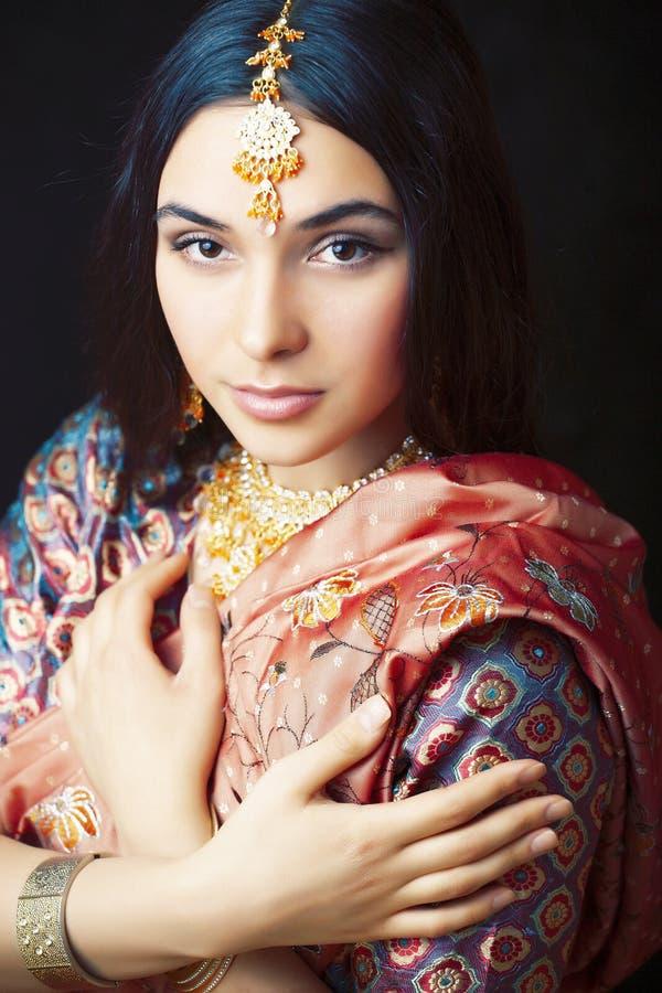 Девушка в усмехаться сари жизнерадостный, ювелирные изделия светя, концепция красоты сладкая реальная индийская людей образа жизн стоковое фото
