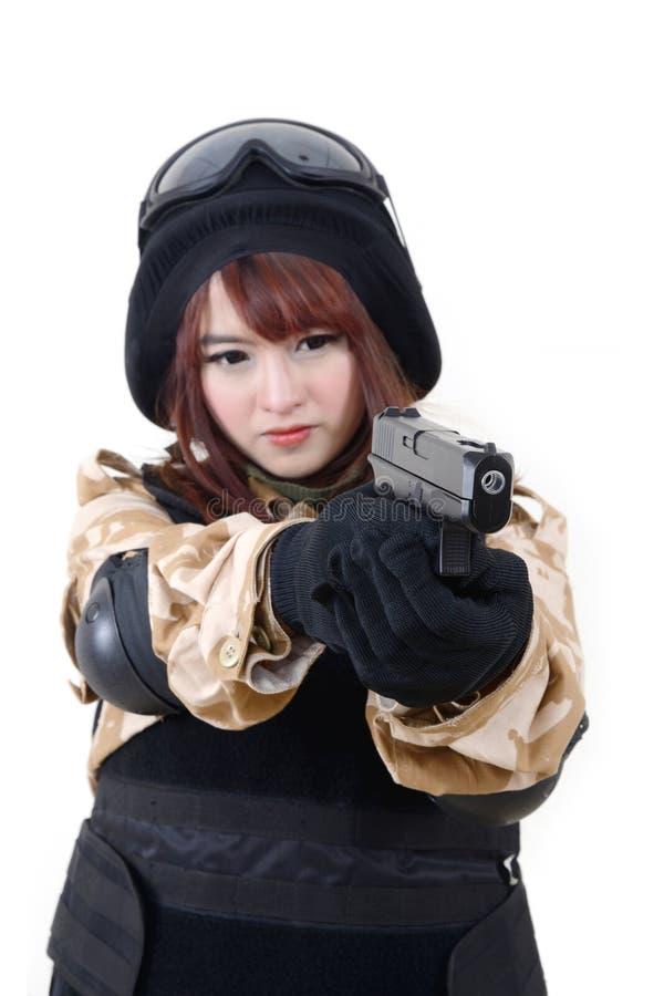 Девушка в форме солдата с личным огнестрельным оружием стоковое изображение rf