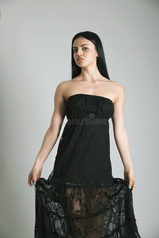 Девушка в черном длинном платье стоковые изображения