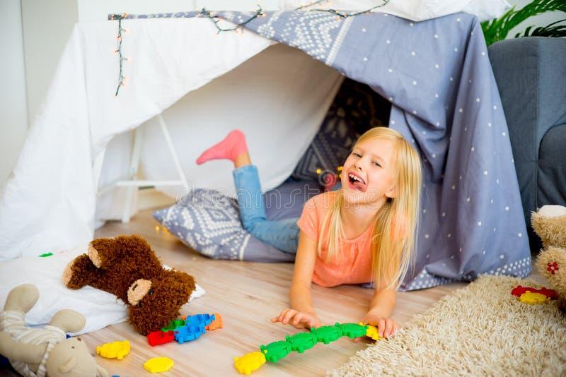 Девушка в шатре игры стоковая фотография