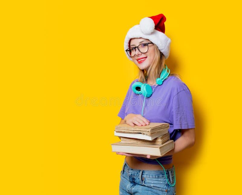 Девушка в шляпе и книгах рождества стоковая фотография rf
