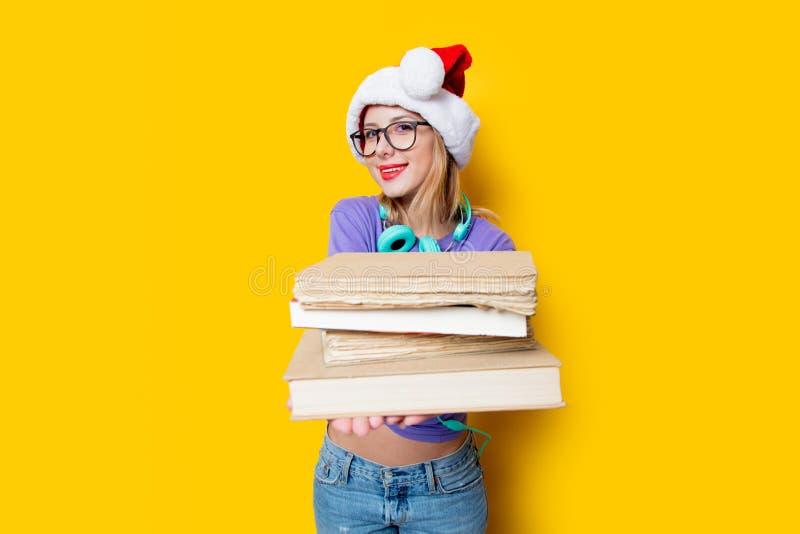 Девушка в шляпе и книгах рождества стоковые фото
