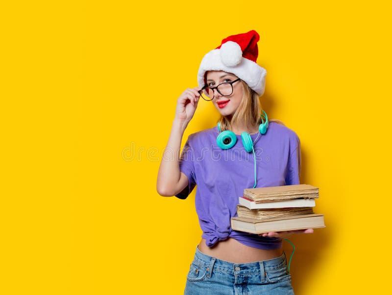 Девушка в шляпе и книгах рождества стоковое изображение rf