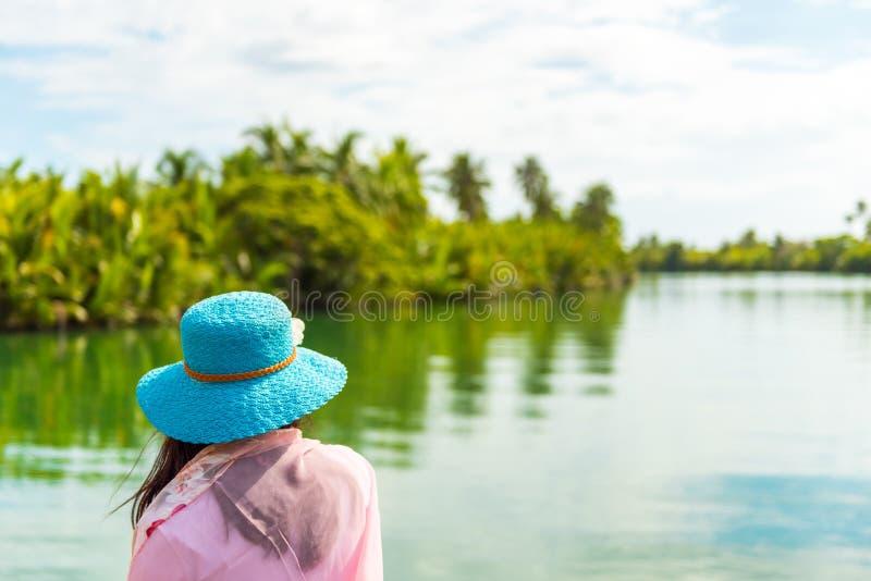 Девушка в шляпе на предпосылке реки, острова Bohol, Филиппин Скопируйте космос для текста задний взгляд стоковое изображение