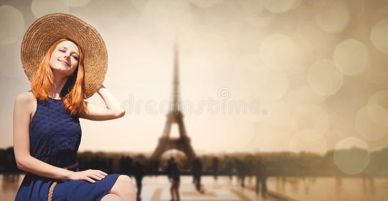 Девушка в шляпе с Эйфелевой башней на предпосылке стоковая фотография