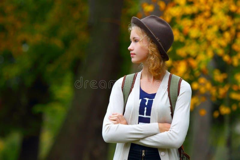 Девушка в шлеме Мечты подростка стоковые фото