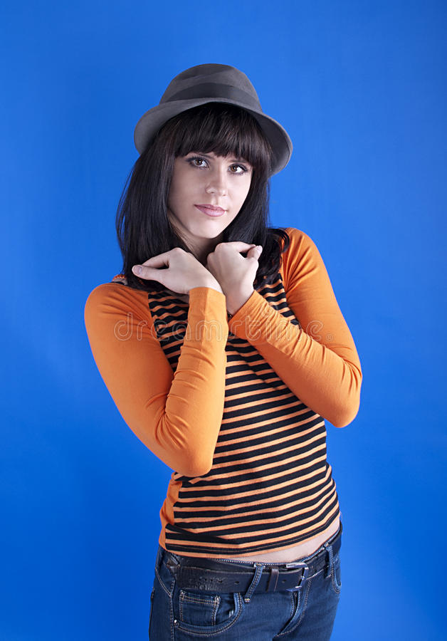 Девушка в шляпе на голубой предпосылке стоковая фотография rf