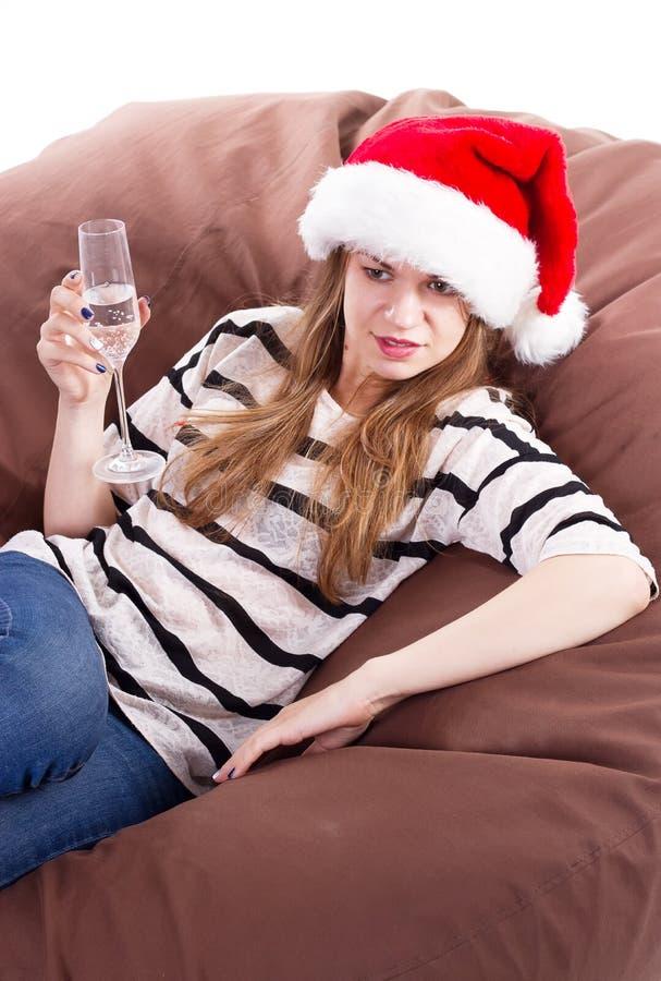 Девушка в шляпе Санта Клауса и стекле шампанского стоковое изображение rf