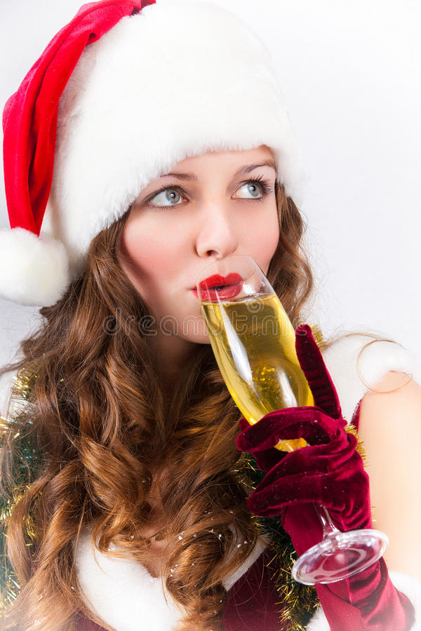 Девушка в шляпе Санта Клауса с стеклом шампанского стоковое изображение rf