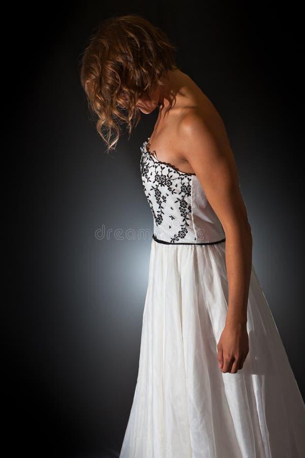 Девушка в silk винтажном платье в профиле стоковые изображения