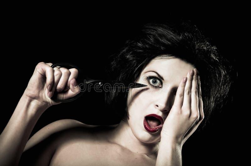 девушка глаза ее вне засовывая ножницы молодые стоковая фотография rf