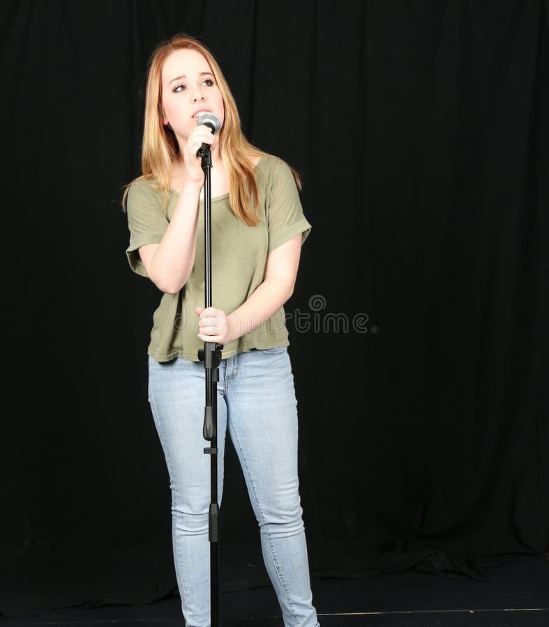 Девушка говоря в mic стоковые фотографии rf