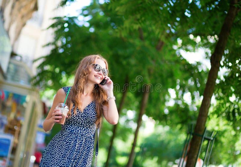 Девушка говоря на мобильном телефоне стоковые фотографии rf