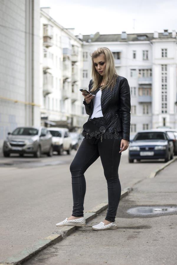 Девушка говоря на телефоне стоковые изображения rf