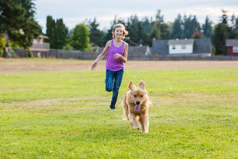 Девушка гонок собаки стоковое фото rf