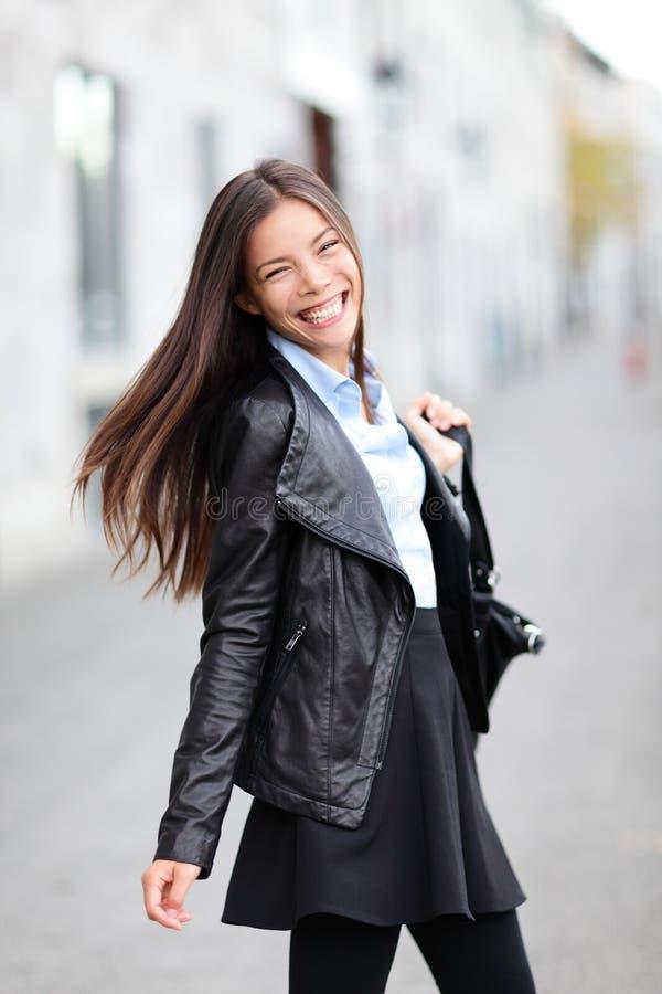Девушка города - современный городской усмехаться женщины счастливый стоковое фото