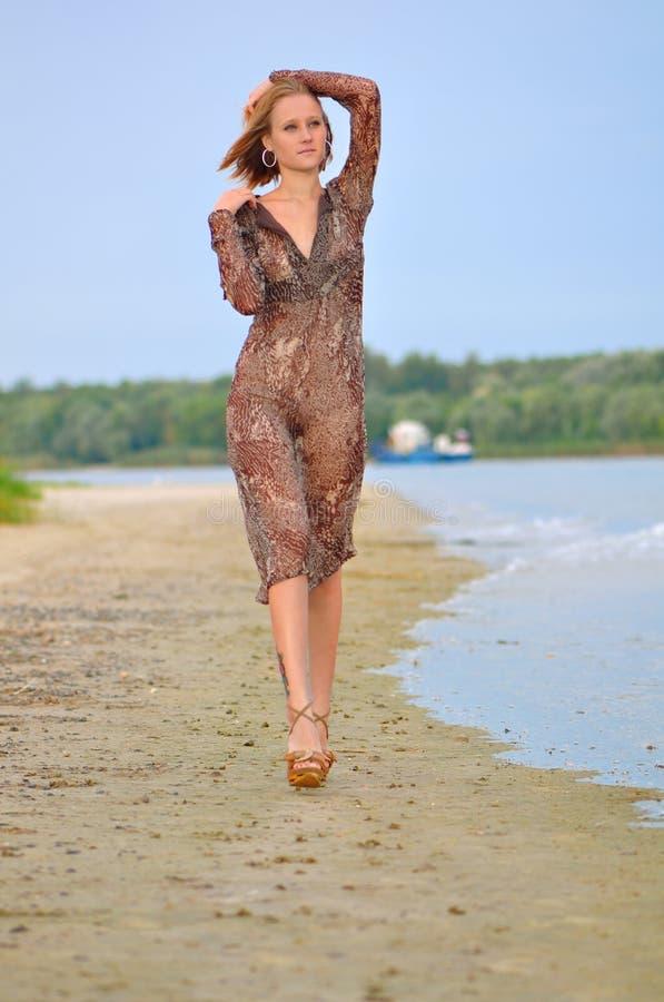 Жена гуляет в прозрачном платье — photo 13