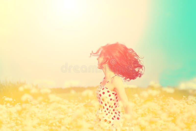 Девушка гуляя на поле гречихи стоковые изображения