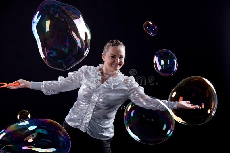 Девушка делает выставку пузыря мыла стоковая фотография rf