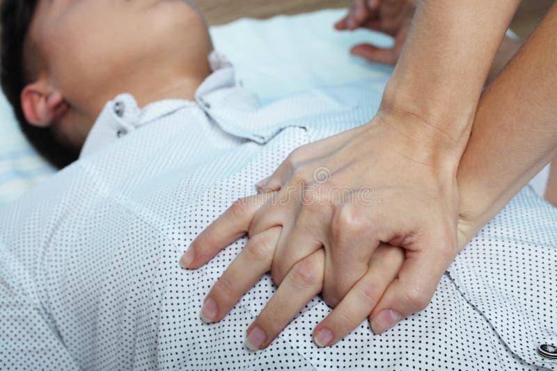 Девушка делает массаж сердца стоковая фотография rf