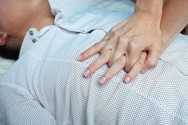 Девушка делает массаж сердца стоковые фотографии rf