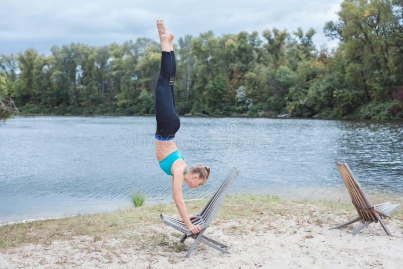 Девушка делает спорт около реки стоковое фото