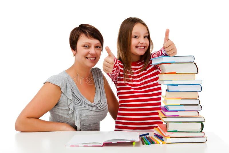 Девушка делая домашнюю работу изолированную на белой предпосылке стоковое фото rf