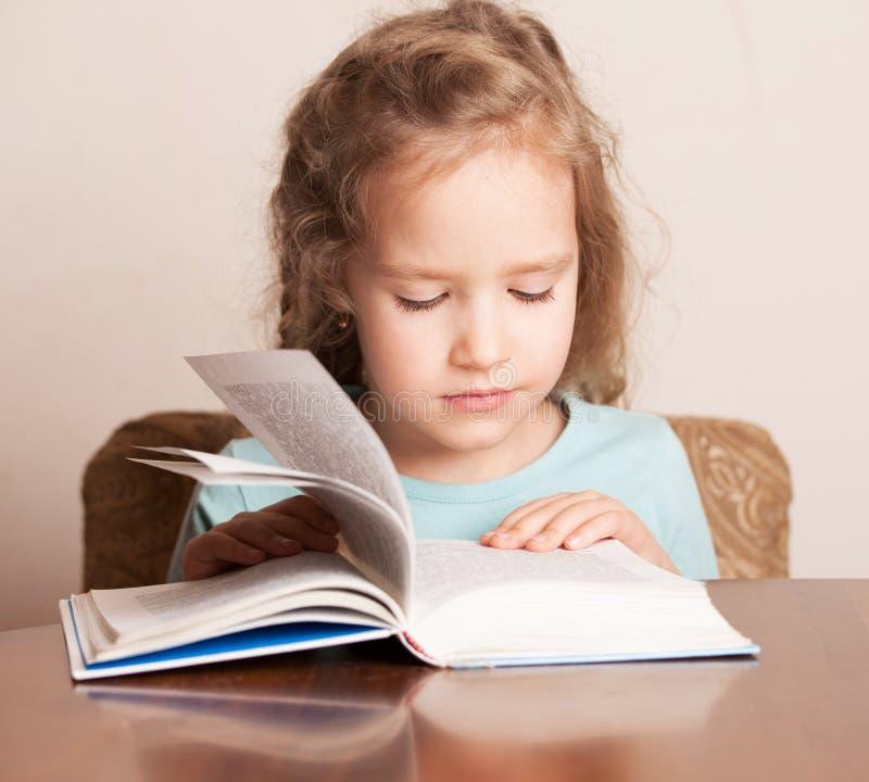 Девушка делая домашнюю работу стоковое фото