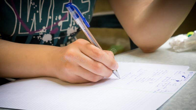 Девушка делая домашнюю работу стоковая фотография rf