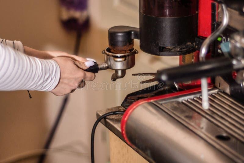 Девушка делая кофе эспрессо на профессиональной машине в баре стоковые фотографии rf