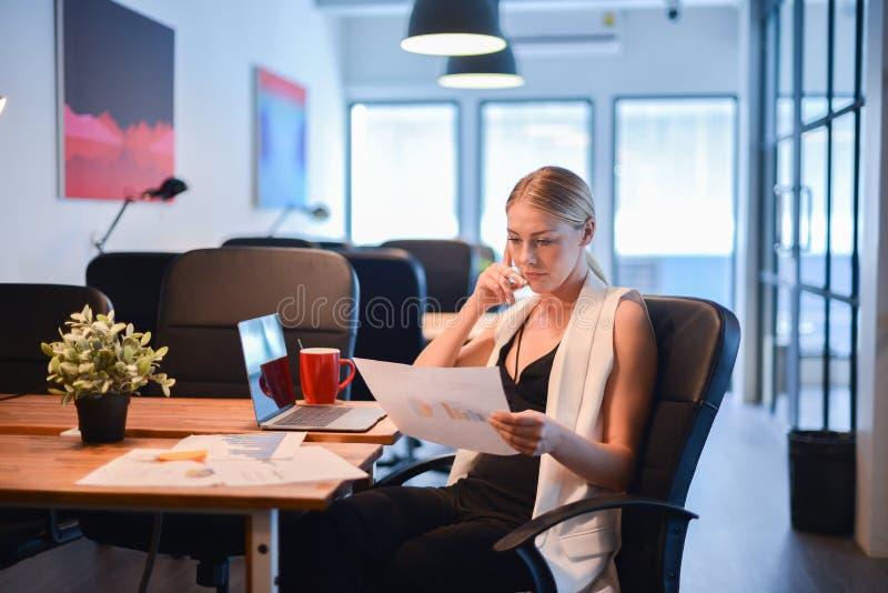 Девушка дела белокурая думая о работе и читая дело стоковое изображение rf