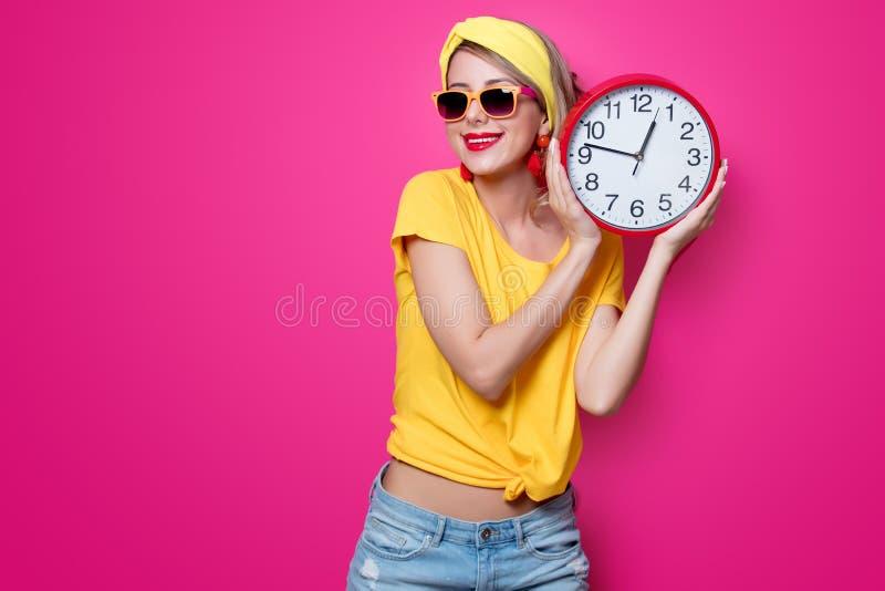 Девушка держа большие часы стоковые фото