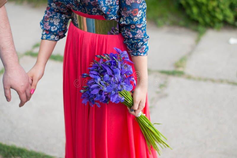 Девушка держа букет радужки стоковые изображения rf
